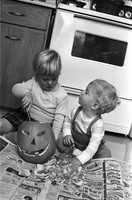 Hallowe'en : Biggart and Pitts children cut out pumpkin [not used]
